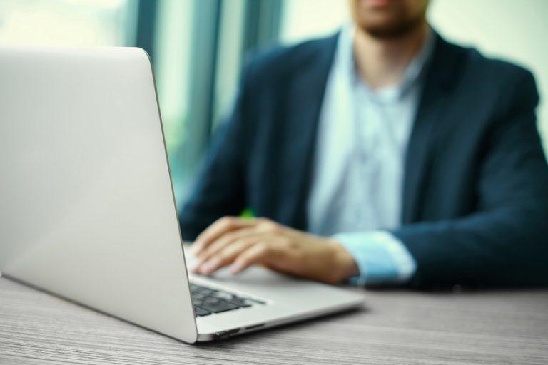 mann søker kreditt på internett