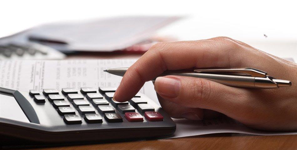 Bilde av hånd som taster på kalkulator.