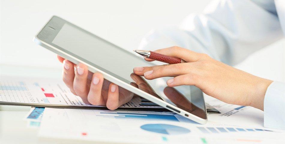 Person studerer forskjellen mellom effektiv og nominell rente på en dataskjerm.