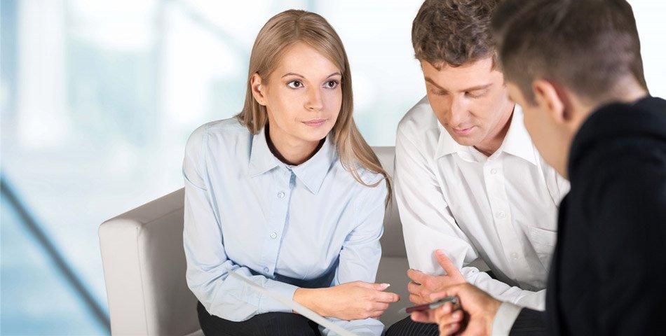 Illustrasjonsbilde av mann og kvinne i møte med rådgiver.