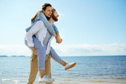 illustrasjonsbilde av par på stranden.