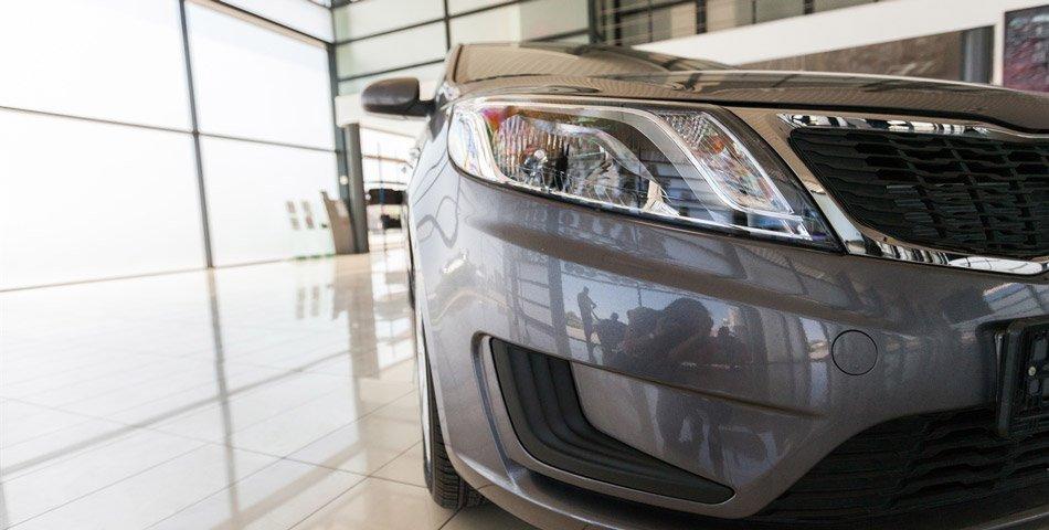 Ny bil hos forhandler som venter på å bli kjøpt