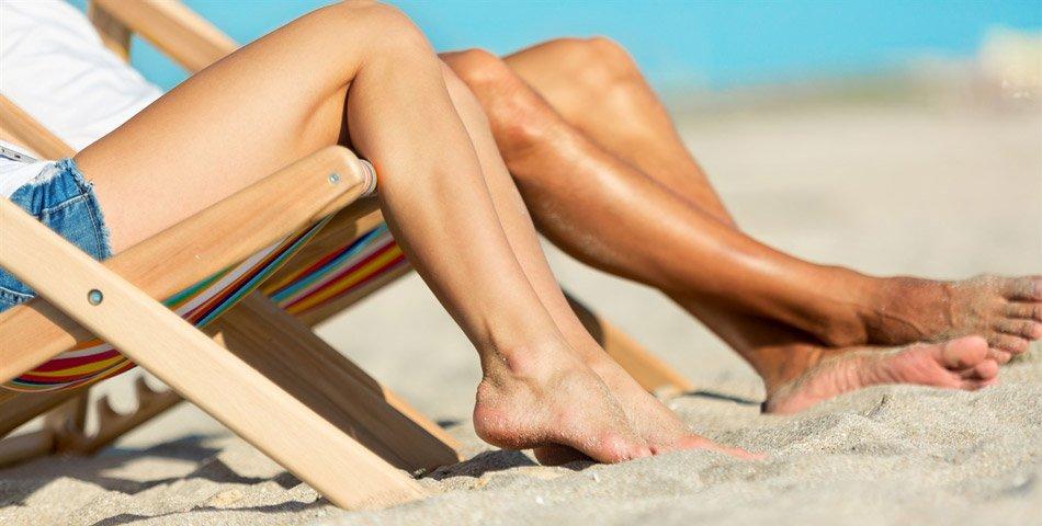 Illustrasjon av to personer på stranden, etter å ha tatt opp lån til ferie.