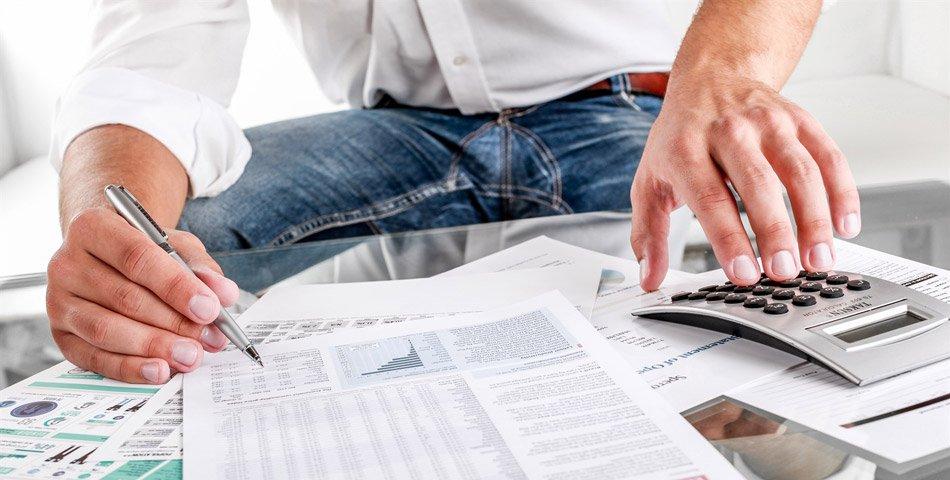 Bilde av mann som fyller ut finansielle skjema