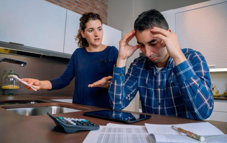 ungt par med betalingsanmerkninger og inkasso