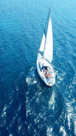 båt seiler på åpen sjø