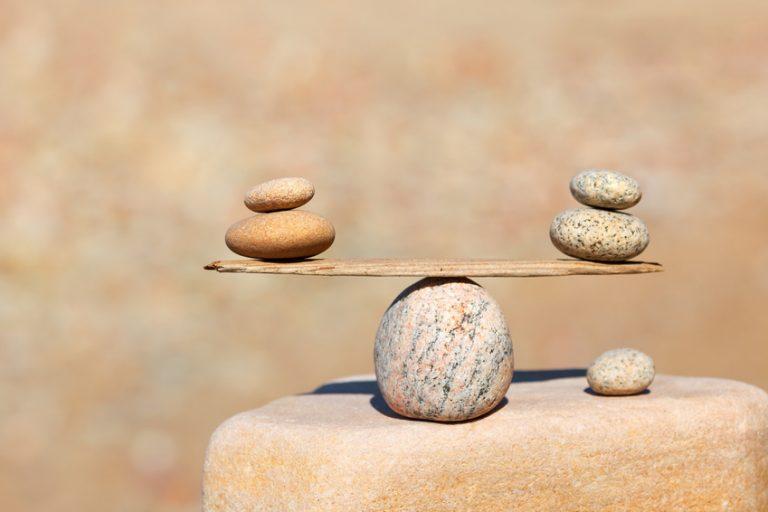 steiner balanserer økonomisk