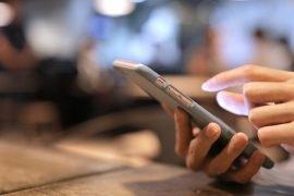 person taster på mobiltelefon
